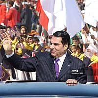 Sur cette photo d'archives prise le 20 mars 2006, l'ancien président tunisien Zine El Abidine Ben Ali salue la foule à son arrivée au stade de Radès, où il prononce son discours à l'occasion du cinquantième anniversaire de l'indépendance de la Tunisie par la France. (Crédit : Handout / AFP)