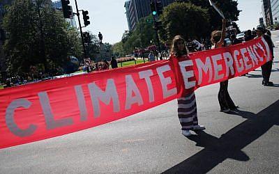 Des militants bloquent une intersection de Washington DC lors des manifestations pour le climat, le 23 septembre 2019. (Crédit : MANDEL NGAN / AFP)