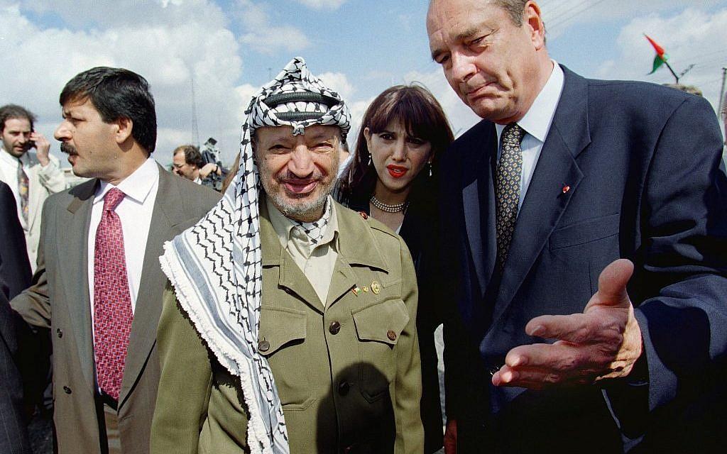 Le président français Jacques Chirac avec le président de l'Autorité palestinienne Yasser Arafat à son arrivée à Ramallah. (Crédit : GERARD FOUET / AFP)