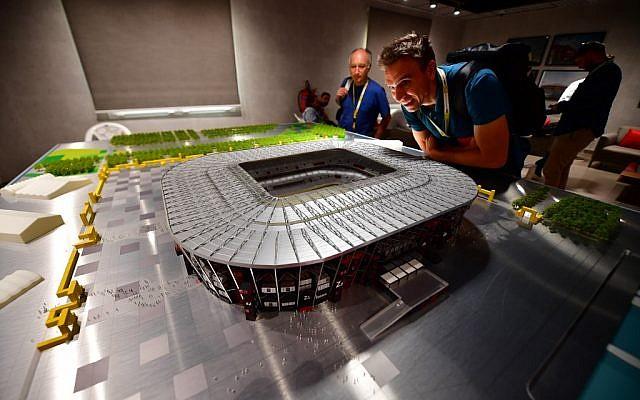 Photo prise le 25 septembre 2019 : une maquette du stade Ras Abu Aboud Stadium, pour la Coupe du monde de football 2022 qui se déroulera à Doha, au Qatar. (Crédit :  GIUSEPPE CACACE / AFP)