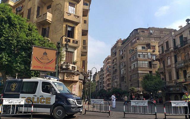 Les forces de l'ordre égyptiennes bloquent les rues qui mènent à la place Tahrir, au Caire, le 27 septembre 2019. (Crédit : Khaled DESOUKI / AFP)
