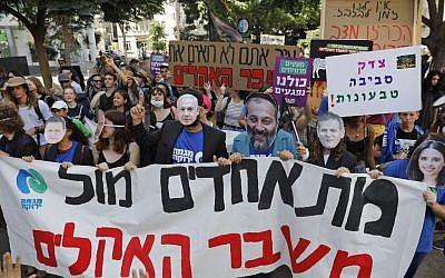 Des militants et manifestants israéliens protestent contre l'inaction climatique à Tel Aviv, le 27 septembre 2019. (Crédit : Ahmad Ghababli/AFP)