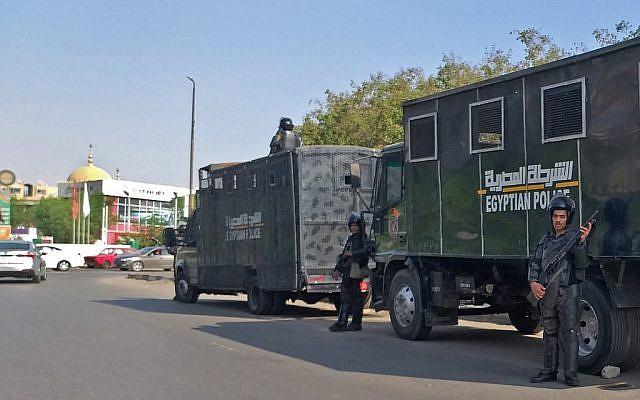 Les policiers égyptiens anti-émeutes montent la garde dans la capitale égyptienne du Caire, le 27 septembre 2019 (Crédit :  Khaled DESOUKI / AFP)