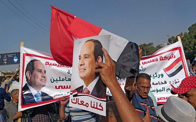 Les soutiens du président égyptien  Abdel Fattah al-Sisi se rassemblent près du mémorial du soldat inconnu dans le quartier de Nasr, au sud du Caire, en Egypte, le 27 septembre 2019 (Crédit : Khaled DESOUKI / AFP)