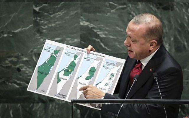 Le président turc Recep Tayyip Erdogan montre une carte représentant l'évolution du territoire palestinien, à l'Assemblée générales des Nations unies à New York le 24 septembre 2019. (Crédit : Drew Angerer/Getty Images/AFP
