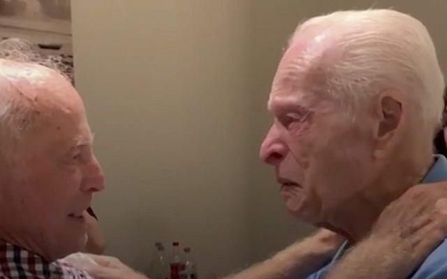 Deux survivants de la Shoah Morris Sana et Simon Mairowitz se retrouvent à Tel Aviv, 75 ans après leur séparation. (Crédit : capture d'écran People via JTA)