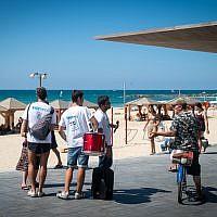 Des activistes de Kakhol lavan sur le front de mer de Tel Aviv (Crédit : Luke Tress/Times of Israel)