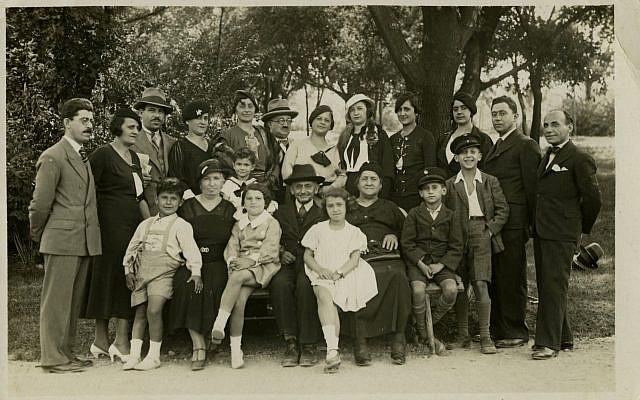 La famille Majer de Belgrade avant la seconde guerre mondiale. 19 personnes de cette photo ont été tuées pendant la Shoah. (Crédit : Yad Vashem Photo Archives)
