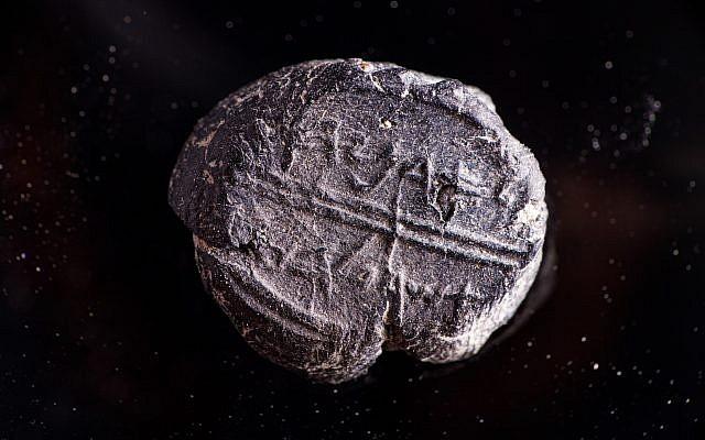 """Un petit sceau du 7ème siècle dont l'inscription dit """"Appartient à Adoniyahu, intendant royal"""" qui a été découvert dans le cadre du projet de tamisage de la Cité de David, dans la terre prélevée sous l'arche de Robinson (Crédit : Eliyahu Yanai/Autorisation : Cité de David)"""