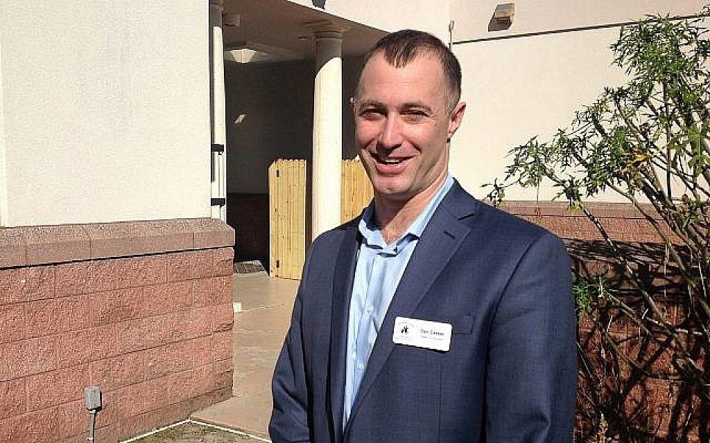 Dan Ceaser, principal de l'école Hershorin Schiff, a fait de la diversité de son établissement le cœur de son message (Crédit : Ben Sales/JTA)
