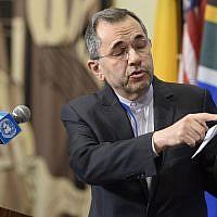 L'envoyé iranien à l'ONU Majid Takht Ravanchi s'exprime devant les journalistes aux abords du Conseil de sécurité, le 24 juin 2019 (Crédit : Loey Felipe/UN)
