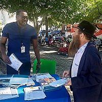 Le rabbin Eli Cohen (droite), directeur du Crown Heights Community Center, avec un bénévole au festival #OneCrownHeights, ) Brooklyn, le 15 septembre 2019. (Crédit : Ben Sales/JTA)