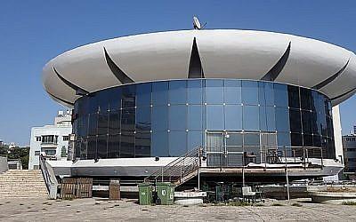 """Le bâtiment """"Colosseum"""", situé place Atarim, face à la mer, à Tel Aviv, abritera désormais des offices de shabbat après avoir longtemps été un club de strip-tease. (Crédit : Beit Tefilah Israel)"""