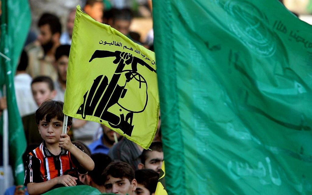 Des partisans du Hamas à Gaza brandissent des drapeaux du Hezbollah et islamiques lors d'une manifestation contre Israël, pendant la Seconde guerre du Liban, le 30 juillet 2006 (Crédit : AP/Khalil Hamra)
