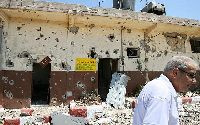 Un Libanais passe devant l'ancienne prison endommagée de l'ALS de Khiam, dans la ville de Khiam, dans le sud du Liban, le 16 août 2006. (AP Photo/Nasser Nasser Nasser, File)
