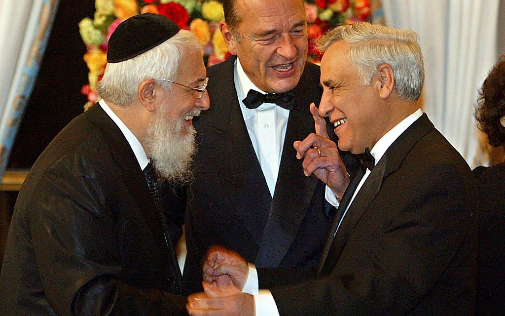 Le président français Jacques Chirac, entouré du grand rabbin de France Joseph Sitruk et du président israélien Moshe Katsav, à l'Elysée, à Paris, le 16 février 2004. (Crédit : AP Photo/Jack Guez/Pool)