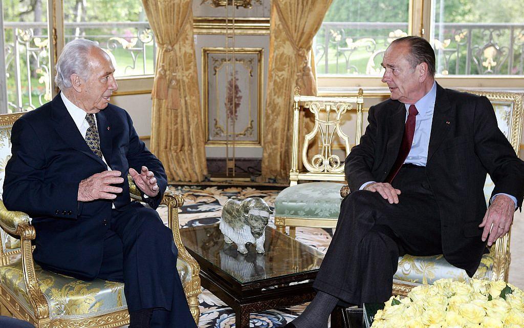 Shimon Peres et Jacques Chirac à l'Elysée, le 18 avril 2005. (Crédit : AP Photo/Patrick Kovarik/POOL)