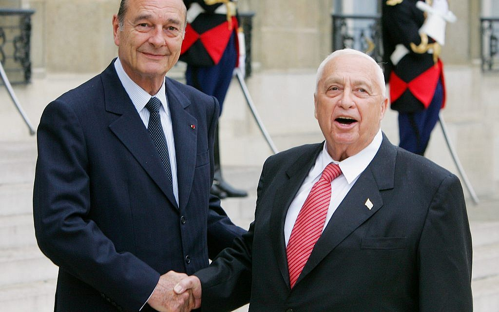 Jacques Chirac et Ariel Sharon à l'Elysée, le 27 juillet 2005. (Crédit : AP Photo/Jacques Brinon)