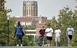 Des étudiants parcourent le campus de l'Université du Tennessee le 25 août 2005, à Knoxville, Tennessee. (AP Photo/Wade Payne)