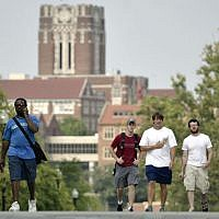 Des étudiants parcourent le campus de l'Université du Tennessee le 25 août 2005, à Knoxville, Tennessee. (AP Photo/Wade Payne)