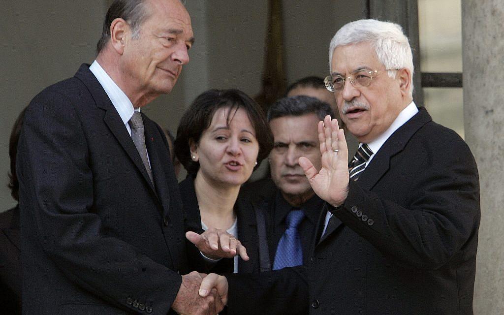 Le dirigeant palestinien Mahmoud Abbas et le président français Jacques Chirac, à l'Elysée, le 28 avril 2006. (Crédit : AP Photo/Michel Euler)