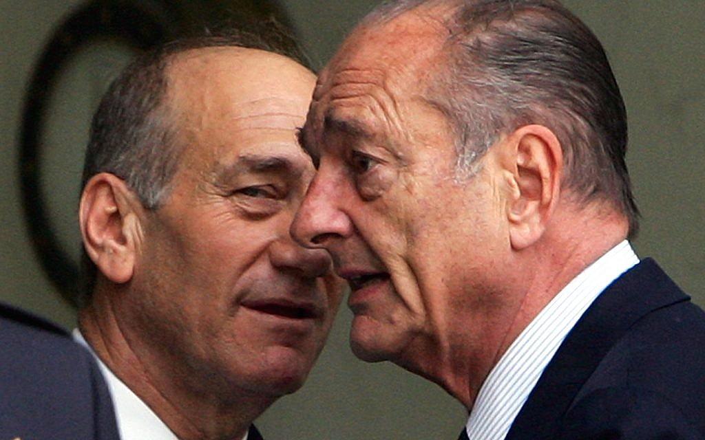 Le président français Jacques Chirac et le Premier ministre israélien Ehud Olmert, à l'Elysée, le 14 juin 2006. (Crédit : AP Photo/Remy de la Mauviniere)