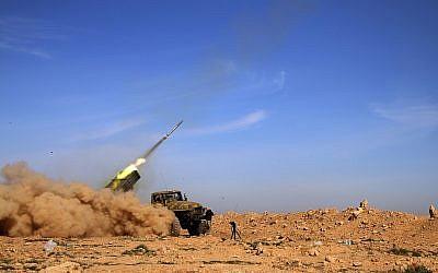 A titre d'illustration. Des soldats de l'armée syrienne tirent une roquette sur les positions d'un groupe de l'État islamique dans la province de Raqqa, en Syrie, le 17 février 2016. (Alexander Kots/Komsomolskaya Pravda via AP, File)