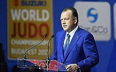 Le président de la Fédération internationale de judo, Marius L. Vizer, prononce son discours d'ouverture des championnats du monde de judo à Budapest, le 28 août 2017. (Crédit : Tamas Kovacs/MTI via AP)