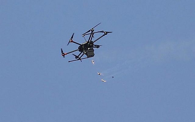 Illustration : un drone israélien survole Gaza (Crédit : AP/Hatem Moussa)