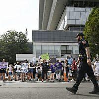 Des individus ayant ont perdu des proches de l'OxyContin et des surdoses d'opioïdes manifestent devant le siège de Purdue Pharma à Stamford, dans le Connecticut, le 17 août 2018. (Crédit : Jessica Hill/AP)