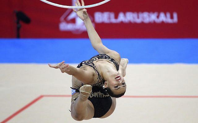 Linoy Ashram, d'Israël, en action lors de la compétition individuelle multiple féminine de gymnastique rythmique aux deuxièmes Jeux européens à Minsk, en Biélorussie, le 22 juin 2019. (AP Photo/Sergei Grits)
