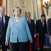 À gauche, le Premier ministre britannique Boris Johnson, la chancelière allemande Angela Merkel, le président français Emmanuel Macron, le Premier ministre italien Giuseppe Conte et le président du Conseil européen Donald Tusk posent lors d'une réunion de coordination du G7 à l'hôtel du Palais à Biarritz, dans le sud-ouest de la France, le samedi 24 août 2019. (Crédit : AP / Markus Schreiber, Pool)