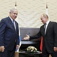 Le président russe Vladimir Poutine, (à droite), salue le Premier ministre Benjamin Netanyahu pendant leur rencontre à Sotchi, en Russie, le 12 septembre 2019. (Crédit : Shamil Zhumatov/Pool Photo via AP)