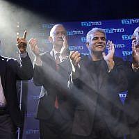 Les leaders de Kakhol lavan de gauche à droite :  Gabi Ashkenazi, Benny Gantz, Yair Lapid et Moshe Yaalon saluent leurs partisans au siège de la formation après les premiers résultats des élections à Tel Aviv, en Israël, le 18 septembre 2019 (Crédit : AP Photo/Sebastian Scheiner)