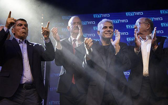 Les leaders de Kakhol lavan de gauche à droite : Gabi Ashkenazi, Benny Gantz, Yair Lapid et Moshe Yaalon saluent leurs partisans au siège de la formation après les premiers résultats des élections à Tel Aviv, en Israël, le 18 septembre 2019. (Crédit : AP Photo/Sebastian Scheiner)