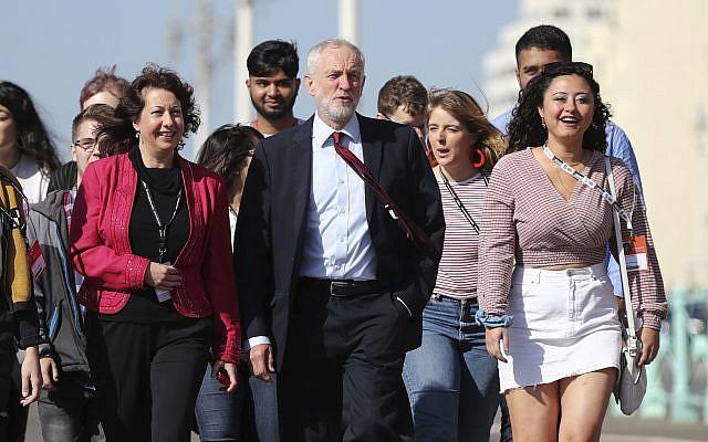 Le leader du parti du Labour Jeremy Corbyn marche le long de la promenade pour se rendre à la conférence du parti du Labour au ,  Brighton Centre de Brighton, en Angleterre, le 21 septembre 2019 (Crédit : Gareth Fuller/PA via AP)