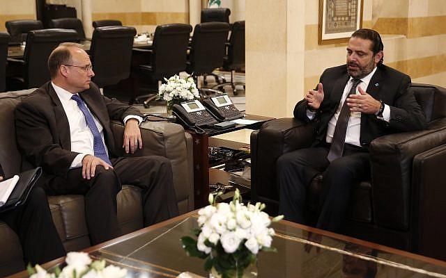 le secrétaire adjoint au Trésor américain Marshall Billingslea rencontre le Premier ministre libanais Saad Hariri, à Beyrouth, le 23 septembre 2019. (Crédit : AP/ Hussein Malla)
