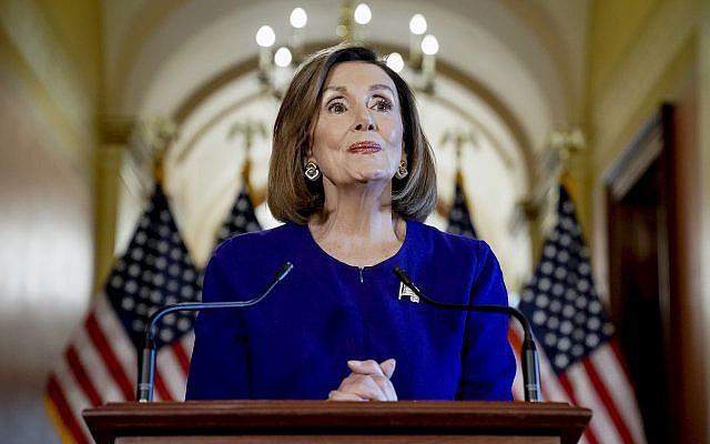 La présidente de la Chambre des représentants des États-Unis et représentante démocrate de la Californie Nancy annonce le lancement d'une procédure de destitution contre le président Donald Trump, au Capitole, à Washington DC, le 24 septembre 21=019. (Crédit : AP/Andrew Harnik)