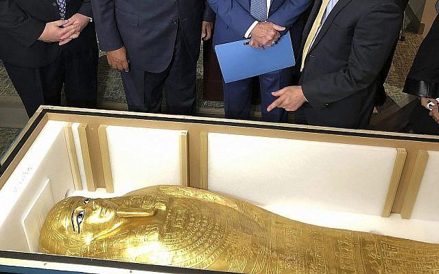 Le sarcophage de Nedjemankh rapatrié en Egypte depuis New York, le 25 septembre 2019. (Crédit : Michael R. Sisak/AP)