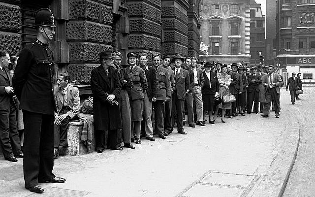 Le public fait la queue pour assister au procès de William Joyce, Lord Haw Haw, poursuivi pour trahison, le 17 septembre 1945 (Crédit : AP Photo)