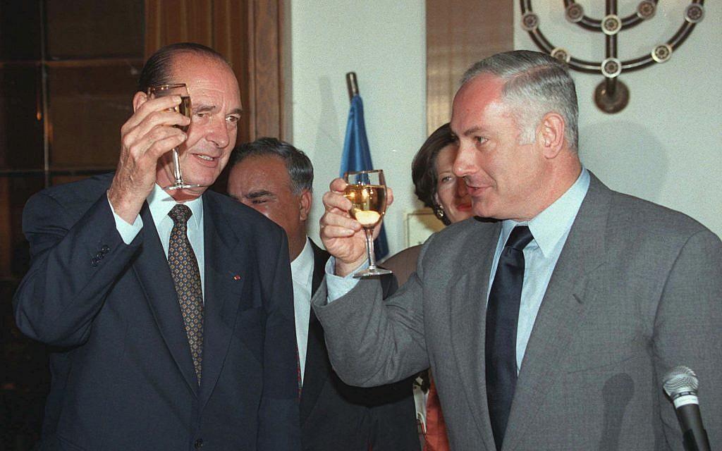 Le Premier ministre israélien Benjamin Netanyahu et le président Jacques Chirac, lors de sa visite en Israël, le 22 octobre 1996. (Crédit : AP Photo/Menachem Kahana)