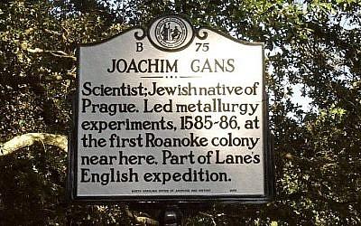 Un panneau placé en mémoire de  Joachim Gans, premier Juif connu à être entré en Amérique du nord (Crédit : brindleybeach.com)