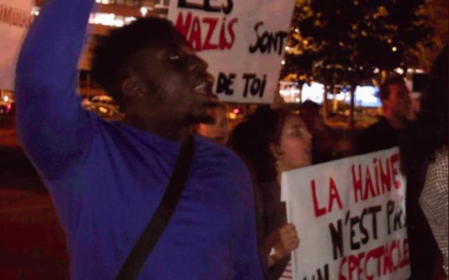 Des militants de SOS Racisme et de l'UEJF manifestant pour empêcher un spectacle de Dieudonné, le 19 septembre 2019, Porte Maillot à Paris. (Crédit : SOS Racisme / Twitter)
