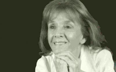 """Gisèle Halimi, en couverture de son livre """"Ne vous résignez jamais""""."""