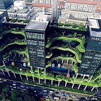 """Aperçu de Skyville, un projet de gratte-ciel de Singapour qui combine un hôtel, des bureaux et des parcs publics verticaux, présenté dans l'exposition actuelle du Tel Aviv Museum of Art, """"Solar Guerrilla"""", qui se déroule jusqu'en décembre 2019. (Avec l'aimable autorisation de Skesy Skyshot Pte Ltd.)"""