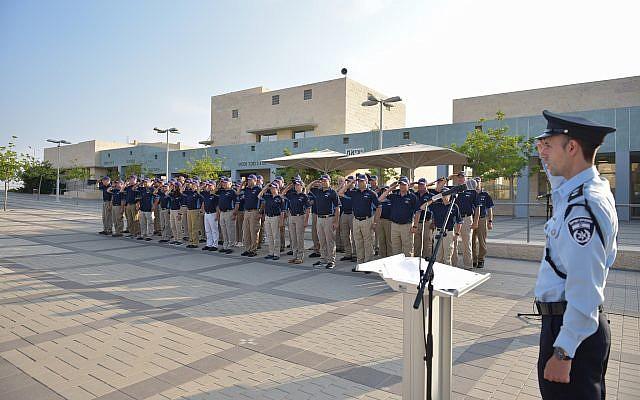 Une délégation de la police américaine participe à une cérémonie d'accueil à l'académie israélienne de police à Beit Shemesh, le 9 septembre 2019 (Crédit : Police israélienne)