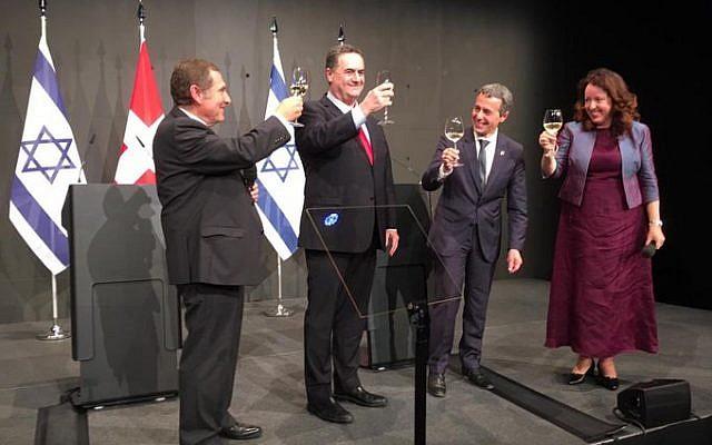 Yisrael Katz, ministre des Affaires étrangères israélien, et Ignazio Cassis, chef du département fédéral des Affaires étrangères suisse, trinquent à la bonne entente entre leurs deux nations, lundi 2 septembre 2019, à Lucerne, en Suisse. (Crédit : Twitter / Yisrael Katz)