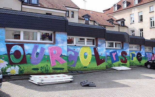 Le graffiti réalisé par des artistes locaux à Dortmund, afin de recouvrir des messages néo-nazis. (Crédit : dap_dortmund / Twitter)
