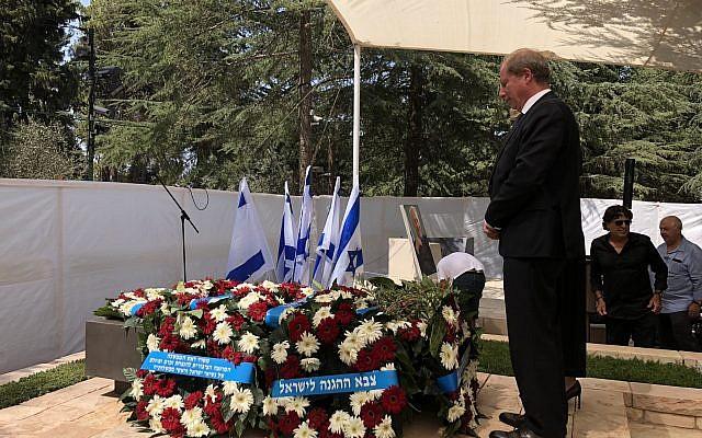 Eric Danon, nouvel ambassadeur de France en Israël, commémorant le troisième anniversaire de la mort de l'ancien président et Premier ministre Shimon Peres, organisée au cimetière du Mont Herzl à Jérusalem, le 19 septembre 2019. (Crédit : ambfranceisrael / Twitter)