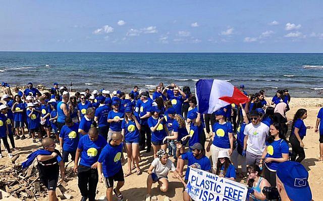 L'équipe française qui a participé au nettoyage de la plage Barzelim à Tel Aviv, le 20 septembre 2019. (Crédit : ambfranceisrael / Twitter)